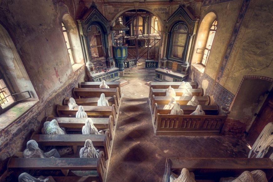 """""""Scanpix""""/""""Caters News Agency"""" nuotr./Devynių vaiduoklių bažnyčioje Čekijoje užklydėlius šiurpina drobėmis užkloti žmonių siluetai"""