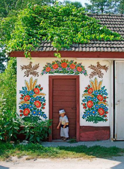 Vida Press nuotr./Gėlių raštais išpuoštas Zalipie kaimas Lenkijoje