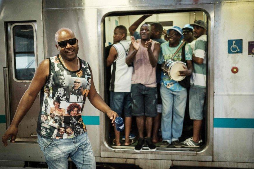 """AFP/""""Scanpix"""" nuotr./Linksmybėmis traukinyje Brazilijoje paminėtas sambos šokio 100 metų jubiliejus"""