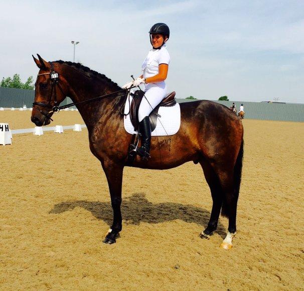 Asmeninio albumo nuotr./Raitelė įsitikinusi, kad mokant žirgą negalima jo versti ar bausti.
