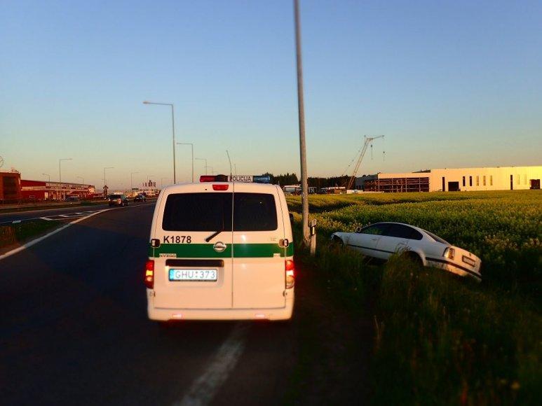 """Kauno apskrities VPK nuotr./Automagistralėje ties Giraite """"Passat"""" atsitrenkė į stulpą"""