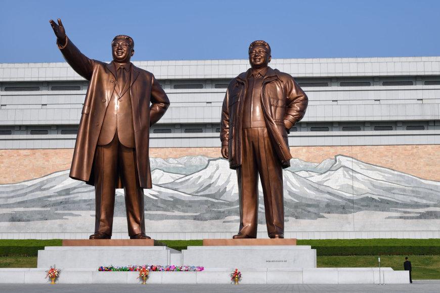 123RF.com nuotr./Didysis Madsudae monumentas ir jame stovinčios 20 metrų aukščio Kil Il – Sungo ir jo sūnaus Kim Džion – Ilo statulos.
