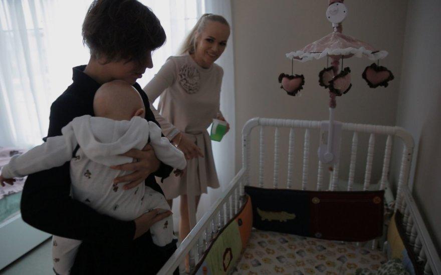 """Video kadras/Buvusi """"Olialia"""" mergaitė Ieva ir Simona Albanavičiūtė"""