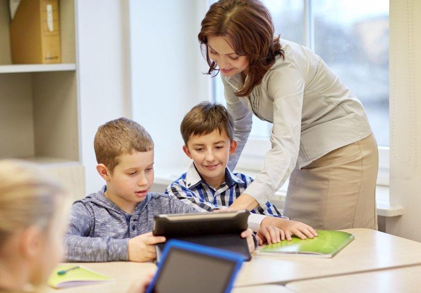 123rf.com nuotr./Mokiniai ir mokytoja