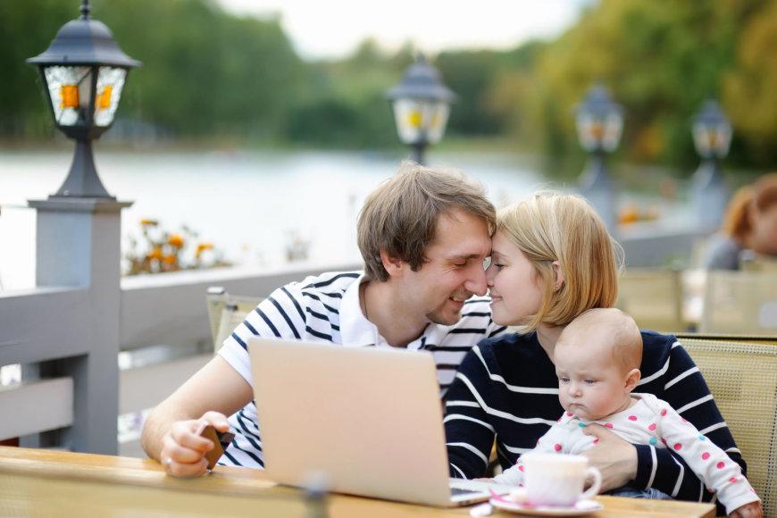 123rf.com nuotr./Šeima su kūdikiu ir kompiuteriu