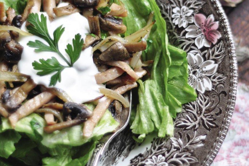 Šiltos pievagrybių  salotos su kumpiu
