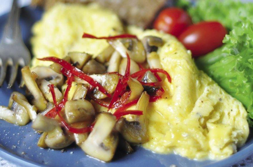 Omletas su sūriu ir šiltomis grybų salotomis