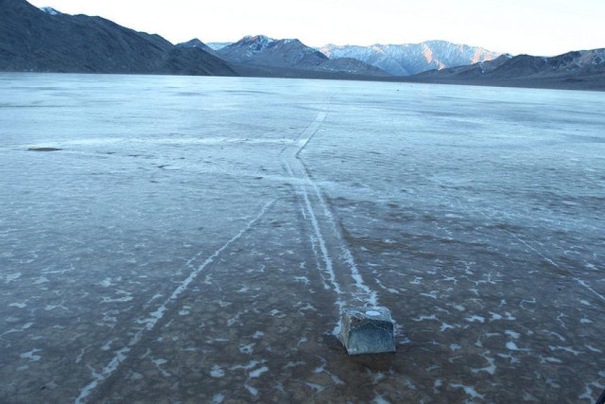 GPS jutiklį turintis akmuo Mirties slėnyje