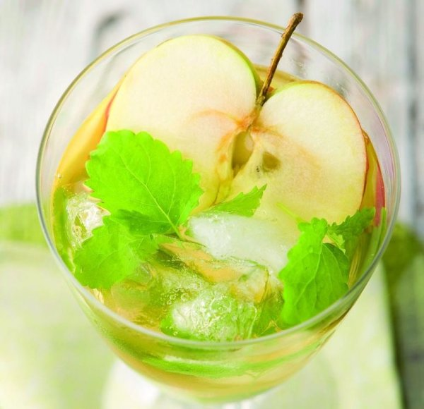 Šalta obuolių ir mėtų arbata