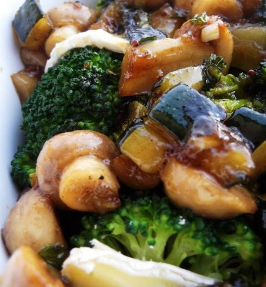 Brokolių, pievagrybių ir pelesinio sūrio karštos salotos
