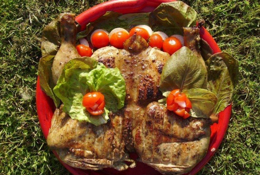 Sultingas česnakinis viščiukas keptas ant žarijų
