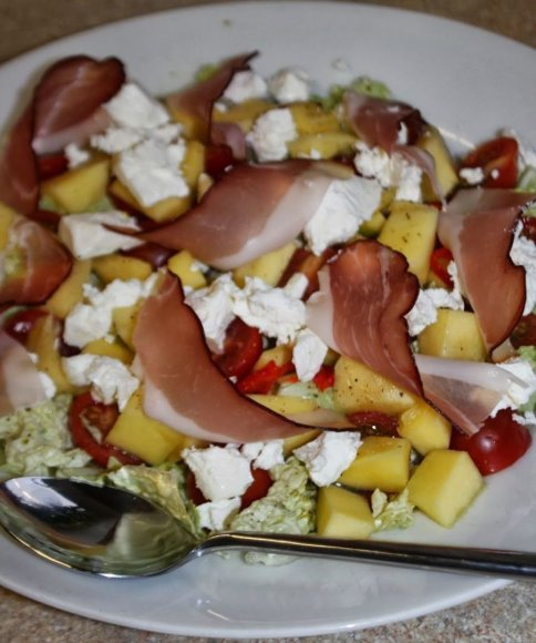 Pikantiškos salotos su mango ir feta