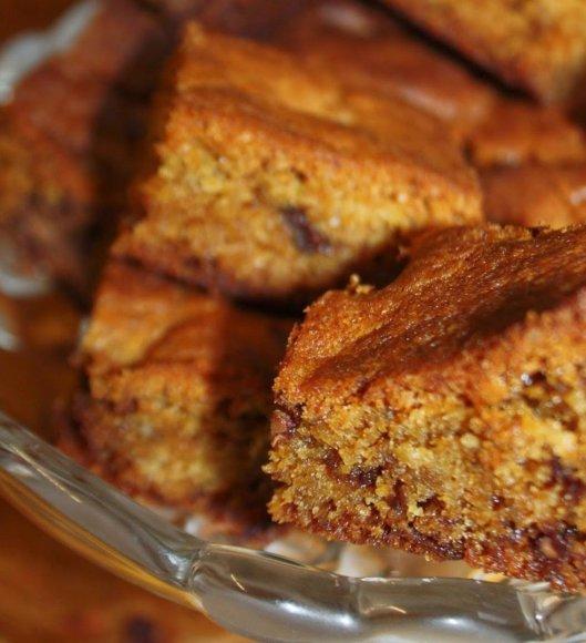 Vanilinis - karamelinis pyragas su šokolado gabaliukais