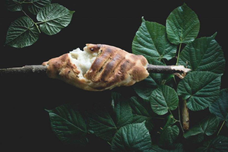 Kepsninėje kepta duona su mocarelos sūriu