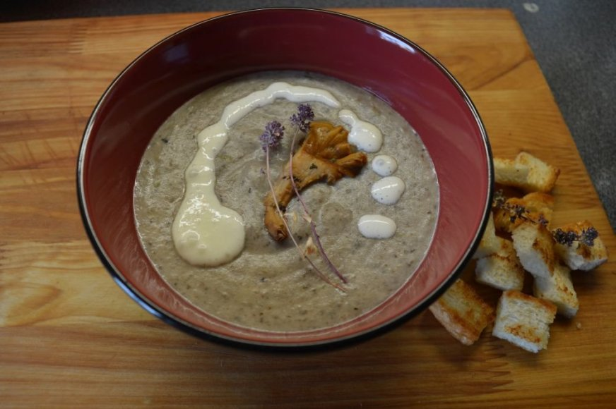 Trinta miško grybų sriuba su sūriu ir čiobrelio žiedais