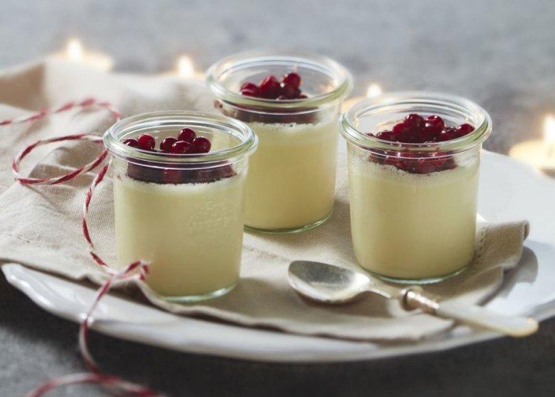 Grietinėlės desertas su karštame vyne virtomis spanguolėmis
