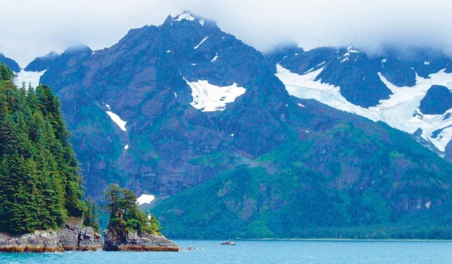 Vaade Alaska metsadele ja mägedele Sewardi linna lähedalt merereisil Vaiksel ookeanil..