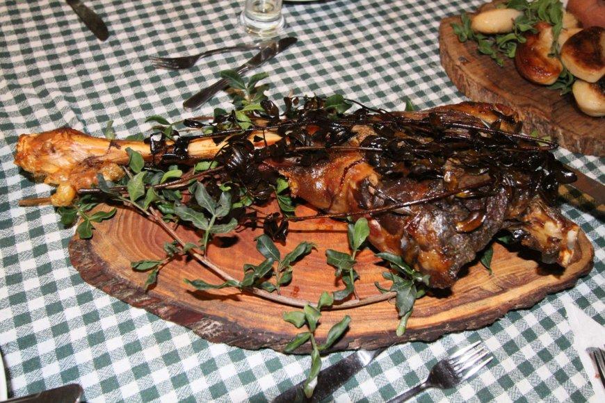 Alvydo Januševičiaus nuotr./Kaimo turizmas kiprietiškai: antikinis urvas kieme ir vogtas ožys ant stalo