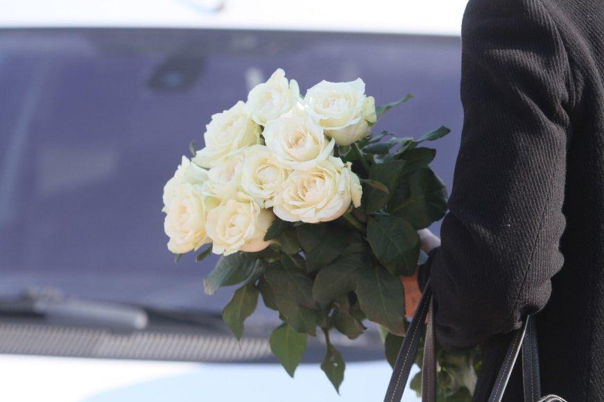 Alvydo Januševičiaus nuotr./Raudanti Plungė gedulą puošia baltų rožių žiedais