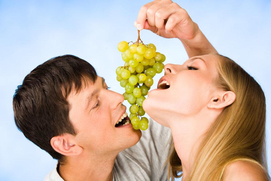 Porelė valgo vynuoges.
