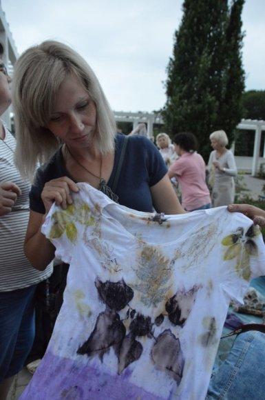 Organizatorių nuotr./Lietuvės mokėsi dažyti audinius augalų lapais ir žiedais