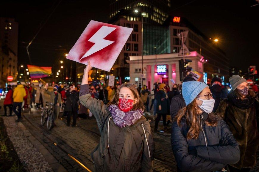 """AFP/""""Scanpix"""" nuotr./Protestuotojos Varšuvoje"""