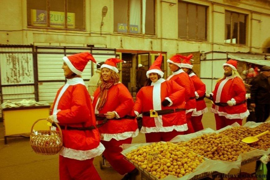 Kalėdų Senelių šokis traukė praeivių dėmesį