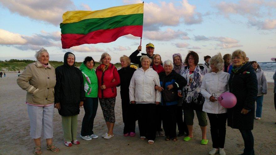 Lietuvos trispalvė plaikstosi vėjyje