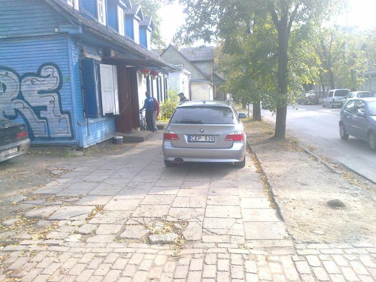BMW ant šaligatvio.