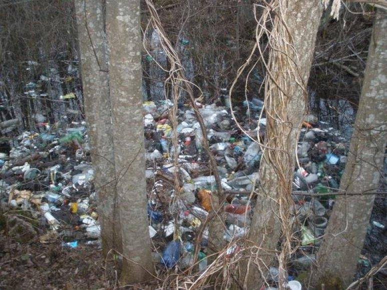"""Akmenės žvejai dalyvavo aplinkos švarinimo akcijoje """"Darom 2010""""."""