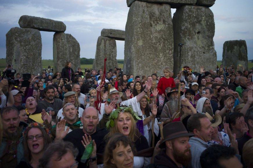 Stounhendže Didžiojoje Britanijoje žmonės susirinko pasitikti saulėgrįžos