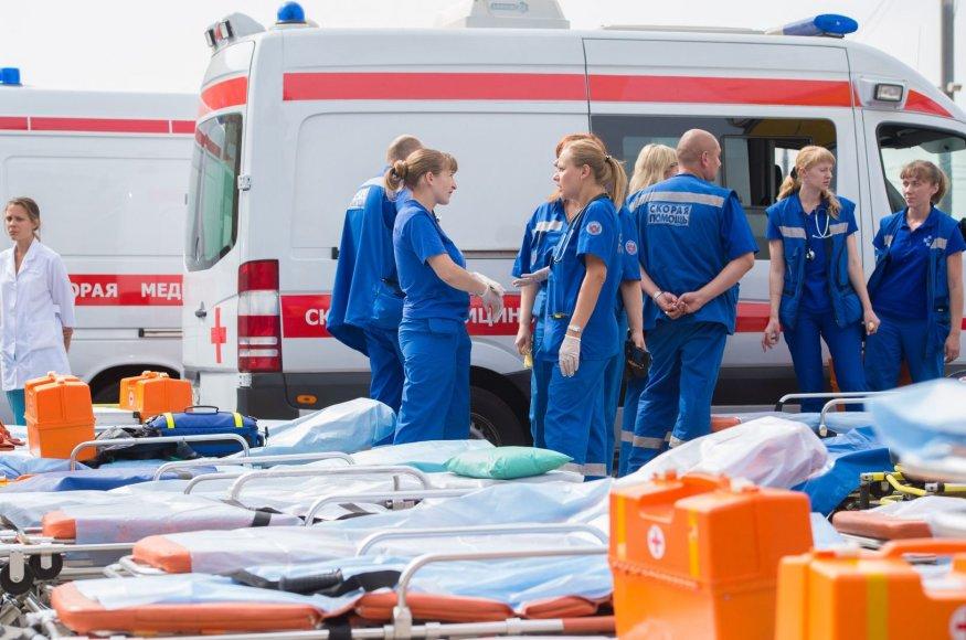 Greitosios pagalbos darbuotojai netoli vietos kur įvyko metro avariją.