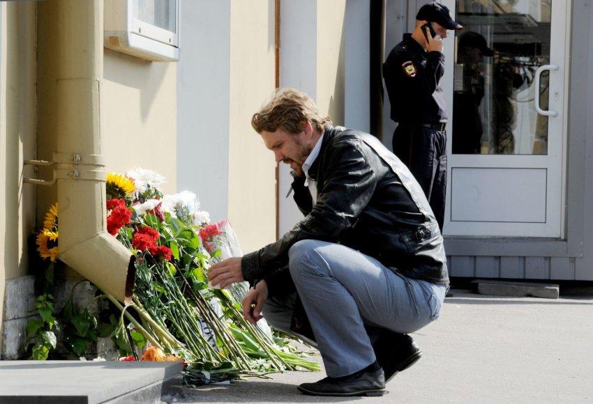 Gėlės dedamos prie Nyderlandų ambasados Maskvoje