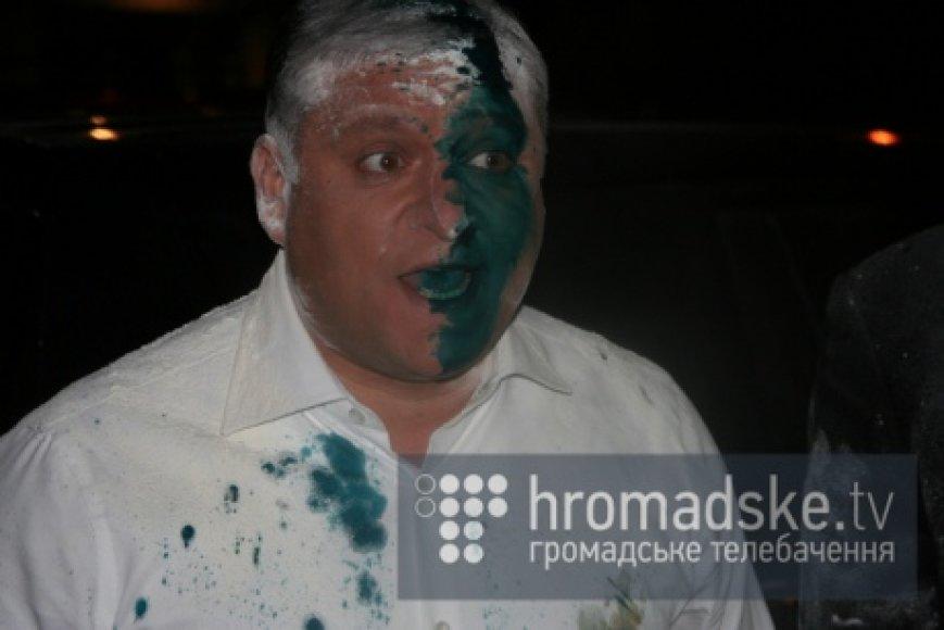 Pretendentas į Ukrainos prezidentus Michailas Dobkinas išteptas briliantine žaluma ir apmėtytas miltais