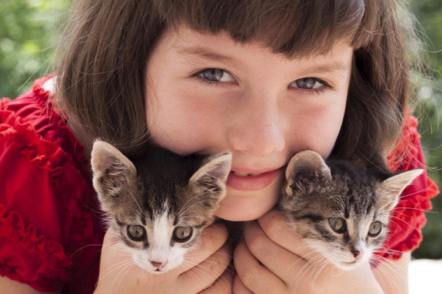 Mergaitė su kačiukais