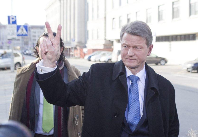 Rolandas Paksas įteikė pareiškinius dokumentus dalyvauti prezidento rinkimuose.