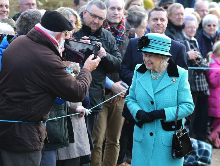 Elizabeth II su miestelėnais Norfolke