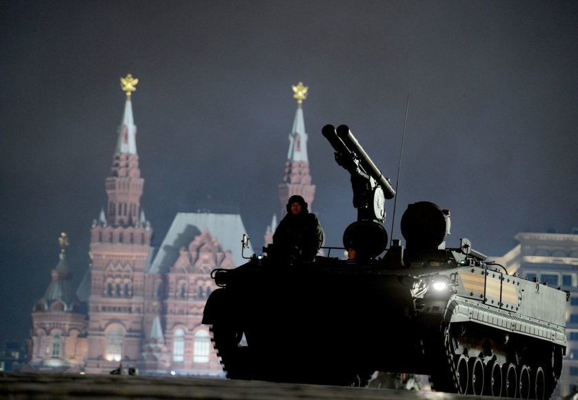 Rusijos su kariai su karinė technika dalyvavo parado repeticijoje Maskvoje