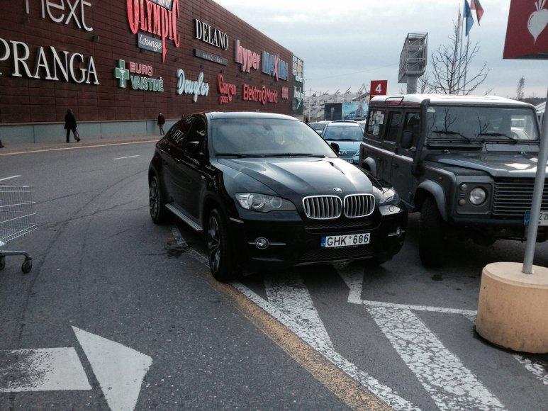 """BMW X6 nutūpė tiesiai ant zebro prie PC """"Akropolis"""""""