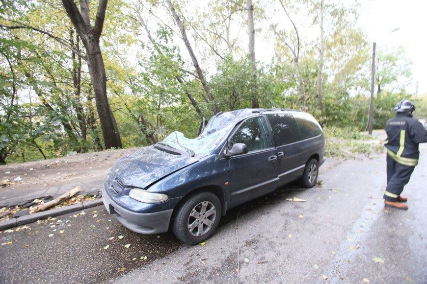 Kaune ant pravažiuojančios mašinos užgriuvęs medis sužalojo vairuotoją