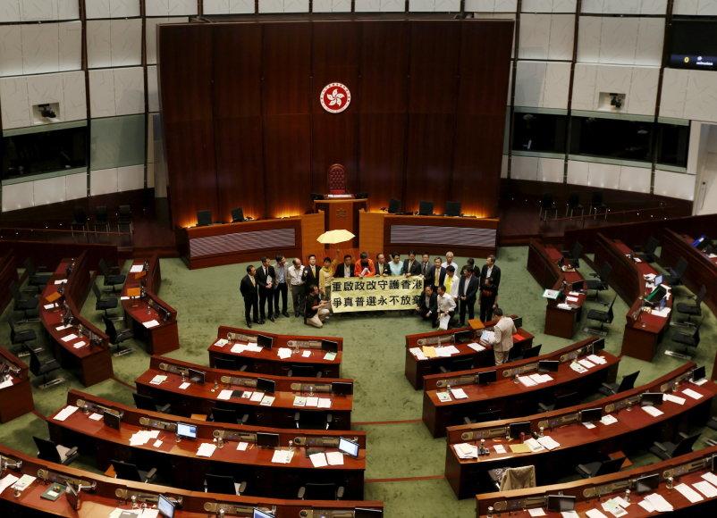 Honkongo įstatymų leidėjai atmetė Pekino remiamą reformų paketą