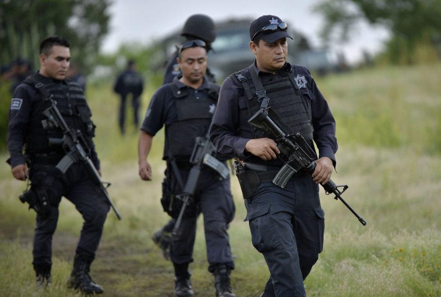 Policijos pareigūnai netoli vietos, kur buvo numuštas sraigtasparnis