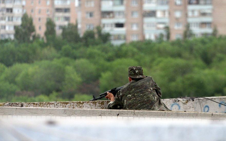 Prorusiškas teroristas ant daugiaubučio stogo Luhanske