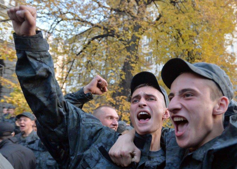 Ukrainos būtinosios tarnybos kariai susirinko protestuoti prie Ukrainos prezidentūros