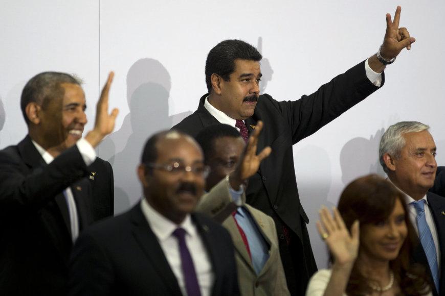 Barackas Obama pirmą kartą susitiko su Venesuelos prezidentu Nicolasu Maduro.