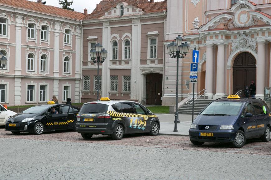Taksi automobiliai prie Šv. Kazimiero bažnyčios