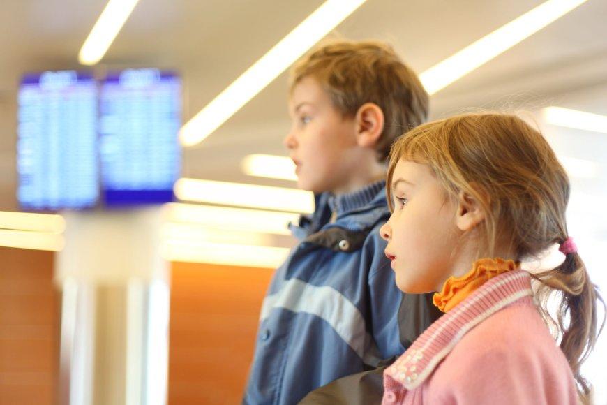 Vaikai oro uoste.