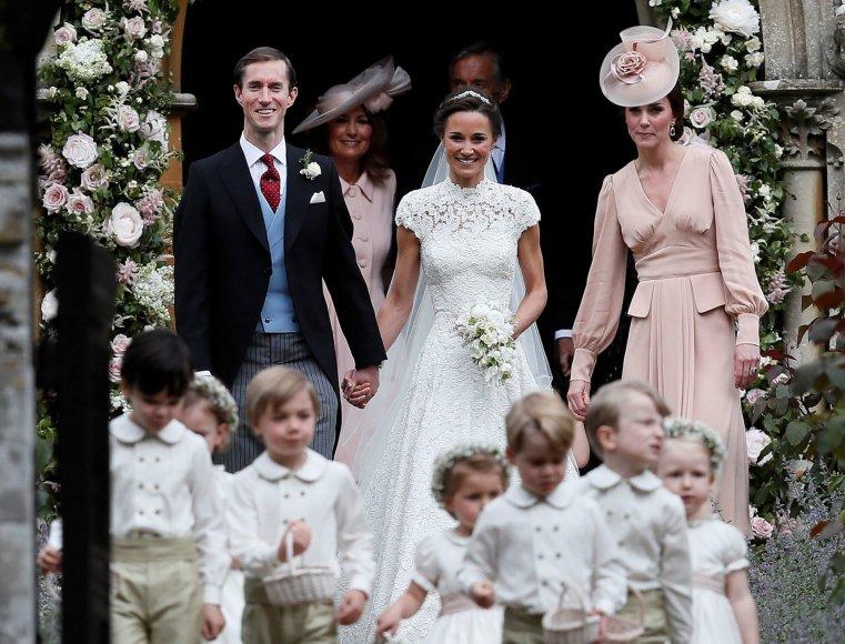 """""""Reuters""""/""""Scanpix"""" nuotr./Pippa Middleton, Jamesas Matthewsas ir Kembridžo hercogienė Catherine"""