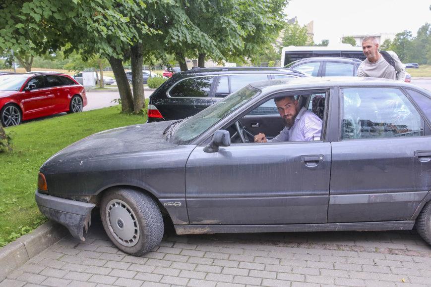 """Irmanto Gelūno / 15min nuotr./J.Valančiūnas, atvažiavęs į stovyklą sena """"Audi"""", prajuokino susirinkusiuos"""