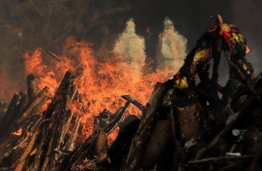 ZUMAPRESS / Scanpix nuotr./Masinis koronaviruso aukų kremavimas Indijoje